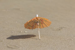 Strandsand och paraply för coctailar Royaltyfri Foto