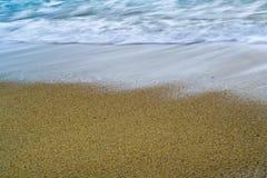 Strandsand och vågor royaltyfria bilder