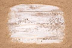 Strandsand på träbakgrund Fotografering för Bildbyråer
