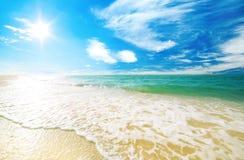 Strandsand und -himmel mit Wolken Stockbild