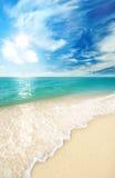 Strandsand und -himmel mit Wolken Lizenzfreie Stockfotografie