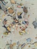 Strandsand- und -kieselbeschaffenheit Stockfotografie