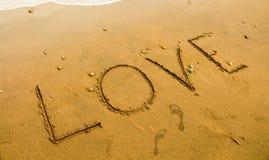 Strandsandschreiben Romantischer Küstenfotohintergrund oder Kartenschablone Stockbilder