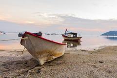 Strandsatt roddbåt Arkivbild