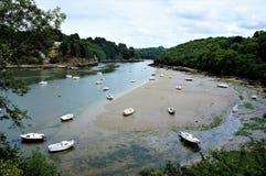 Strandsatta fartyg på den härliga naturliga floden Leguer nära Lannion i Brittany France royaltyfri bild