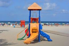 Strandscène met het klimrek van kinderen, de zomervakantie vibes stock afbeeldingen