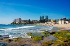 Strandscène met unrecognisable mensen die op het strand ontspannen royalty-vrije stock afbeelding