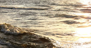 Strandscène met zonstralen in de horizon, 4k stock videobeelden