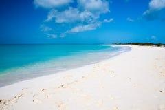 Strandschirm auf einem perfekten weißen Strand vor Meer Stockfotos