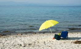 Strandschirm an einem sandigen Strand Stockfotos