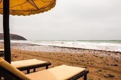 Strandschirme auf dem sandigen Strand Stockfotografie