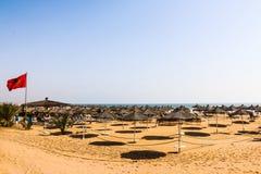 Strandschirme auf dem sandigen Strand Lizenzfreies Stockbild