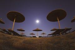 Strandschirme an der Nachttapete lizenzfreie stockfotografie