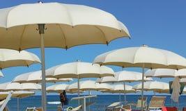 Strandschirme, Gazebos und Sonnenbetten an den italienischen sandigen Stränden Adriatische Küste Emilia Romagna, Itsly Lizenzfreies Stockbild