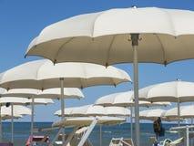 Strandschirme, Gazebos und Sonnenbetten an den italienischen sandigen Stränden Adriatische Küste Emilia Romagna, Itsly Lizenzfreie Stockbilder