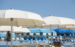 Strandschirme, Gazebos und Sonnenbetten an den italienischen sandigen Stränden Adriatische Küste Emilia Romagna, Itsly Stockbild