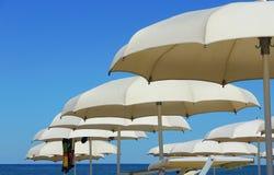 Strandschirme, Gazebos und Sonnenbetten an den italienischen sandigen Stränden Adriatische Küste Emilia Romagna, Itsly Stockfotografie