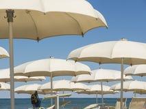 Strandschirme, Gazebos und Sonnenbetten an den italienischen sandigen Stränden Adriatische Küste Emilia Romagna, Itsly Stockbilder