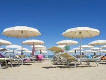 Strandschirme, Gazebos und Sonnenbetten an den italienischen sandigen Stränden Adriatische Küste Emilia Romagna, Itsly Lizenzfreies Stockfoto