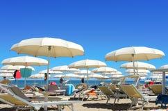 Strandschirme, Gazebos und Sonnenbetten an den italienischen sandigen Stränden Adriatische Küste Emilia Romagna, Itsly Stockfotos