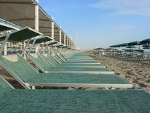 Strandschirme, Gazebos und Sonnenbetten an den italienischen sandigen Stränden Adriatische Küste Emilia Romagna-Region Lizenzfreie Stockbilder