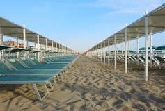 Strandschirme, Gazebos und Sonnenbetten an den italienischen sandigen Stränden Adriatische Küste Emilia Romagna-Region Stockfotografie