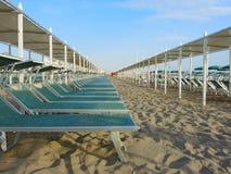 Strandschirme, Gazebos und Sonnenbetten an den italienischen sandigen Stränden Adriatische Küste Emilia Romagna-Region Lizenzfreies Stockfoto