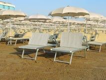 Strandschirme, Gazebos und Sonnenbetten an den italienischen sandigen Stränden Adriatische Küste Emilia Romagna-Region Stockbild