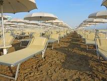 Strandschirme, Gazebos und Sonnenbetten an den italienischen sandigen Stränden Adriatische Küste Emilia Romagna-Region Stockfotos