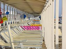 Strandschirme, Gazebos und Sonnenbetten an den italienischen sandigen Stränden Adriatische Küste Emilia Romagna-Region Lizenzfreies Stockbild