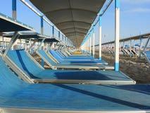 Strandschirme, Gazebos und Sonnenbetten an den italienischen sandigen Stränden Adriatische Küste Emilia Romagna-Region Lizenzfreie Stockfotografie