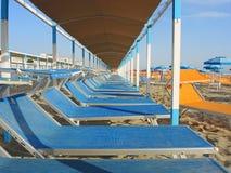 Strandschirme, Gazebos und Sonnenbetten an den italienischen sandigen Stränden Adriatische Küste Emilia Romagna-Region Stockfoto