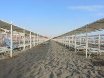 Strandschirme, Gazebos und Sonnenbetten an den italienischen sandigen Stränden Adriatische Küste Emilia Romagna-Region Lizenzfreie Stockfotos