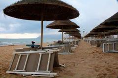 Strandschirme in Sizilien stockfotografie