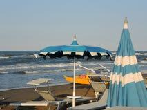Strandschirme und Sonnenbetten an den italienischen sandigen Stränden Adriatische Küste Emilia Romagna-Region Lizenzfreie Stockbilder