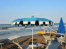 Strandschirme und Sonnenbetten an den italienischen sandigen Stränden Adriatische Küste Emilia Romagna-Region Stockbilder