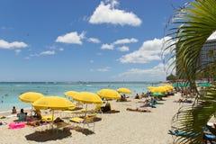 Strandschirme am waikiki Hawaii lizenzfreies stockbild