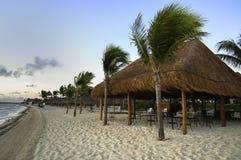 Strandschuilplaats in de zon op een strand Stock Foto's