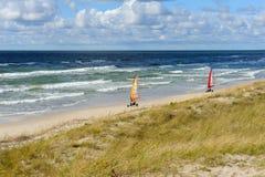 Strandsegeln auf dem Strand Lizenzfreie Stockfotografie