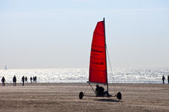 Strandsegelnwarenkorb (Blokart) mit rotem Segel auf dem Strand in IJmuiden am 20. März 2011 Lizenzfreies Stockbild