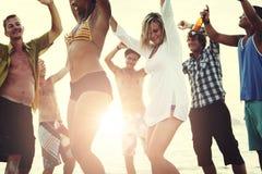 Strandsemester som tycker om ferieavkopplingbegrepp arkivbilder