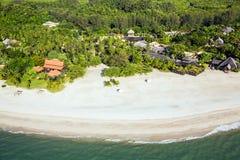 Strandsemesterort på den flyg- sikten för tropiskt öparadis Royaltyfri Bild