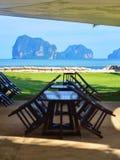 Strandsemesterort som äter middag område med sikten av det Andaman havet Arkivfoton