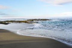 Strandshoreline med försiktig bränning Royaltyfria Bilder