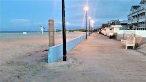 Strandshoreline och strandpromenad på gryning Arkivbild