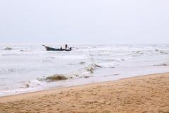 Strandsida och fiskebåten i valamkanistrand arkivfoton
