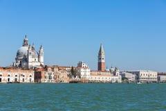 Strandsikt av den Santa Maria della Salute, San Marco fyrkanten och doges slott i Venedig arkivbilder
