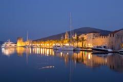 Strandsikt av härliga Trogir Royaltyfri Bild