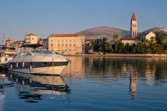 Strandsikt av härliga Trogir Fotografering för Bildbyråer