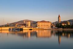 Strandsikt av härliga Trogir Royaltyfria Foton